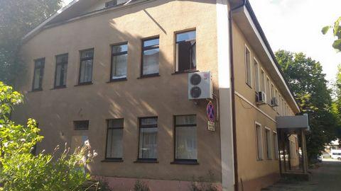 Продается 2-х этажное офисное здание в центре города Донской общей площадью 621 кв.м, земельный участок 6,8 соток. Все коммуникации, парковка