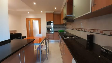 For rent apartment T1 +1 in Portimão, in horta da Raminha area, near schools, banks and commerce, consisting of entrance hall, living room with fireplace, kitchenette equipped, large bedroom with built-in wardrobe and with floating floor, full bathro...