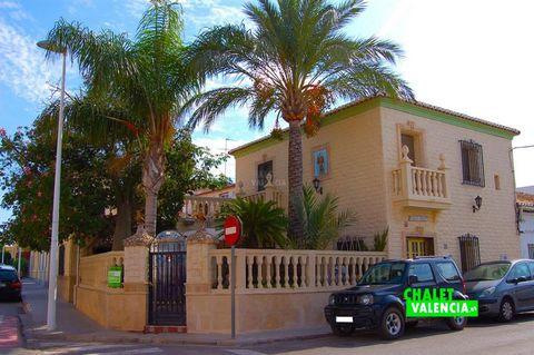 ↓ ↓ ↓ ↓ PHOTOS ↓ ↓ ↓ ↓ Villa house in the same town of Lliria with good location and features to open a catering business. The plot of land is a corner, with 110m2 and has an outdoor area with barbecue and housing 2 floors. Quick access to Valencia b...