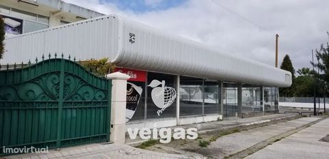 Warehouse in Calvaria de Cima, with 500 m2 consisting of 2 floors. On the ground floor we have a large space, ideal for exposure or sale to the public, with storefronts on two fronts, small office space and toilets. With access, both indoor and outdo...