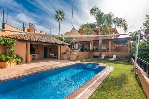 Ideal for lovers of open spaces, this house has a large terrace that surrounds the rooms, three dining rooms, one of them outside next to the barbecue, swimming pool and open kitchen and complete bathroom. This luxurious villa offers a great layout, ...