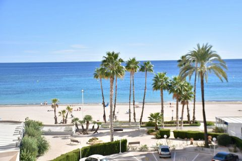 A 1 bedroom apartment in Calpe (Costa Blanca) on the beachfront, with side sea views and community pools. This 56 m2 apartment is located on the fourth floor of the building, facing Southwest, just a few meters from the Fossa beach, 220 m from Mercad...