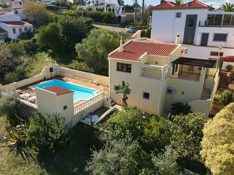 Located in São Brás de Alportel. The property is in very good condition and has recently been repainted inside and out, so is ideal for someone wanting to move in and enjoy the house straight away. The spacious lounge and kitchen are on the first flo...