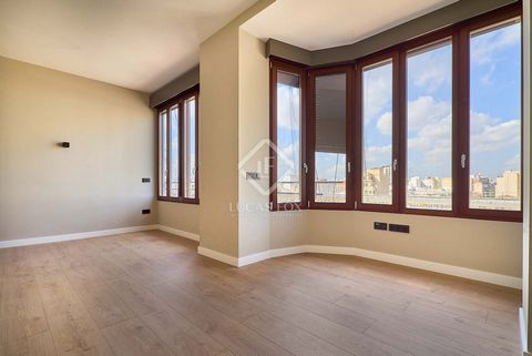 The apartment has a constructed area of 130 m², with a total of 111 useful m². At the entrance of the house we find a small hall, which leads us to a cozy living room. Next to the dining room, the kitchen is located separated by a glass door. This is...