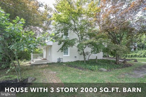 Rare Opportunity ! This wonderful updated 1800's farmhouse comes with a large barn that gives you an additional 2000 +- sq, ft. to use your imagination. Great for the small contractor, weekend mechanic, artist, craftsman and more. The possibilities a...