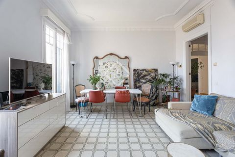 In the heart of Eixample Right, on Ronda Sant Pere, we find this excellent modernist apartment, 160 m² and totally exterior facing. It has 4 double bedrooms, all with a balcony, and 2 bathrooms. The living-dining room is a very bright spacious space,...