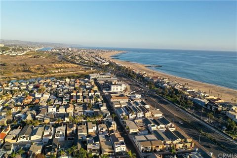 Location is everything in this, good sized beach house-duplex, located in the coveted Newport Shores neighborhood. Conveniently located just across the street from some of the best surf breaks in California and almost 15 miles of the most beautiful b...