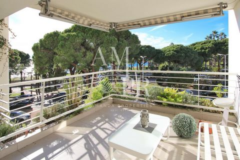 In a high standing residence located on the Croisette, crossing 3 bedrooms apartment enjoying a nice terrace west facing. Large living room, independent kitchen, 3 bedrooms and 2 shower rooms, guest toilet. Double garage in the residence next door.