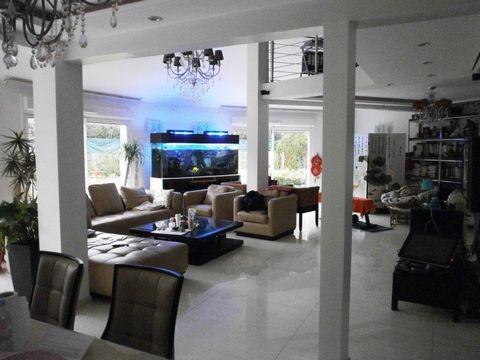 Dans un secteur résidentiel et calme. Grande maison familiale et individuelle de 180m² Hab., édifiée sur un terrain d\'un peu plus de 600m² bien expos