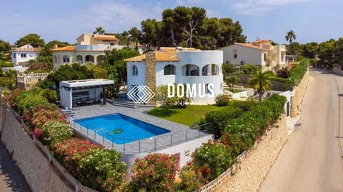 Magnificent fully reformed villa with a beautiful sea view, South orientation, in Balcon Al Mar Javea. Built area 280m2, the land of 1000m2. The villa has upper levels : 1 bedroom en suite and dressing room 1 bathrooms 1 guest toilet 1 living room wi...