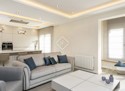 This beautifully renovated apartment is presented in excellent condition, elegantly decorated and with high quality finishes throughout. An ideal property for families seeking a city centre home close to restaurants and shops in Eixample Left, an are...