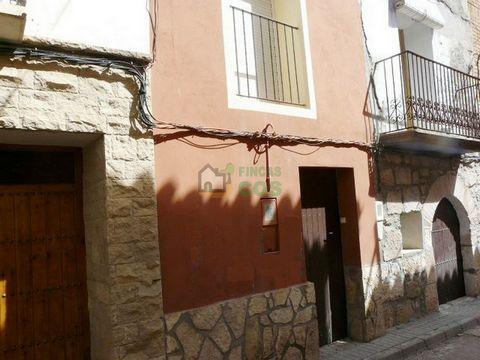 Casa de pueblo en venta con todos los servicios y con patio, cerca del río Ebro, situado en la franja de Ponent (cerca de Fraga), con un encanto especial y muy bien comunicado, en un pueblo llano, limpio y agradable. La propiedad está compuesta por p...