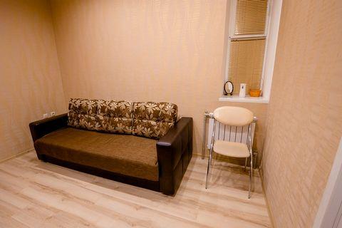 В 1-комнатной-студии сделан дизайнерский евроремонт и установлена новая современная мебель: Диван-кровать, ТВ SAMSUNG 3D, модульная мебель со встроенным столом для переговоров, 2 стула, столовые и чайные принадлежности с электрическим чайником. Также...