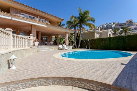 Villa located on a 517m² plot, well away from any road noise. The property is located in the private Cap Blanc residential area, in front of the some of the most natural and highly regarded beaches in Cullera. The property offers fantastic sea views ...