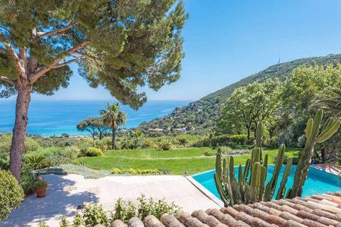 Dans un environnement unique, calme et protégé, en position dominante, villa de 500m2 orientée Sud bénéficiant d'une vue exeptionnelle sur les plages