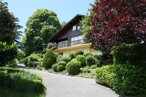 A vendre à Grilly, joli village charmant à 5 minutes de Divonne-les- Bains, 20 minutes de l'aéroport de Genève. La villa (226m2) se situe sur une parcelle de 1500m2, jouissant d'un magnifique jardin pour se reposer. La maison est divisée en deux...