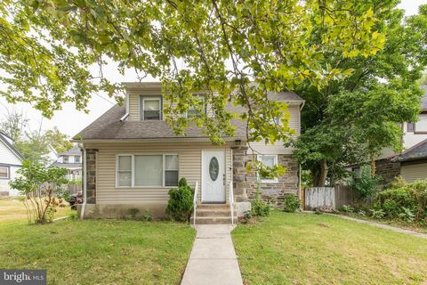 This beautiful 3,000+ sq ft single detached home is waiting for you! With 5 bedrooms and 2 full bathrooms there is plenty of room for space and to grow. With a newly renovated kitchen and bathrooms to die for, you will also enjoy a huge yard for ente...