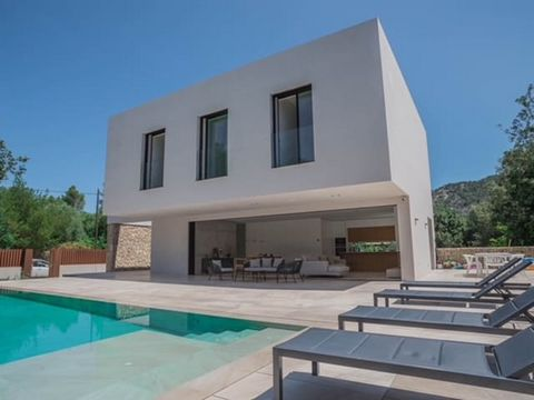 Great rental opportunity! This super stylish detached villa is brand new and finished to an extremely high standard with a contemporary feel throughout. The villa has a flexible layout with 3 bedrooms and 2 bathrooms on the first floor (one of the ba...