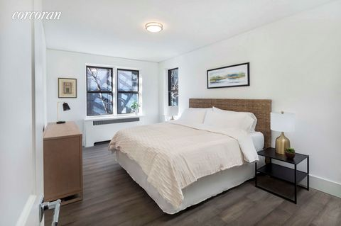 SPONSOR SALE WITH NO BOARD APPROVAL, AND FLEXIBLE FINANCING AVAILABLE! 3245 Perry #3G is a spaciously laid out corner 1 bedroom/1 bath 947 square foot home featuring the highest upgrades in all aspects. From the moment you enter, you will be greeted ...