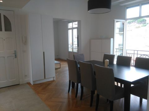 Beautiful 3/4 bedroom apartment, fully renovated, located in the center of Cannes, facing the Forville market. It is composed as follows: - Dining room with table and chairs and balcony - Fully equipped kitchen - Living room with couch and TV and bal...