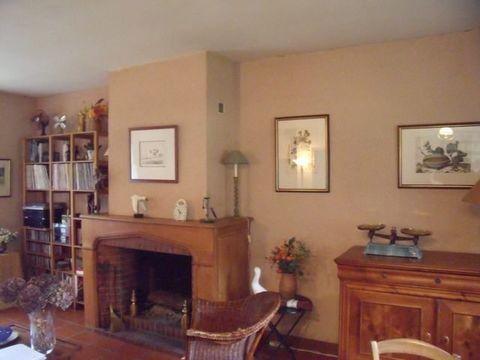 Cette longère est composée au rez de chaussée d'une cuisine ouverte sur séjour avec cheminée ouverte, un salon, wc, salle de bain, un cellier et une c
