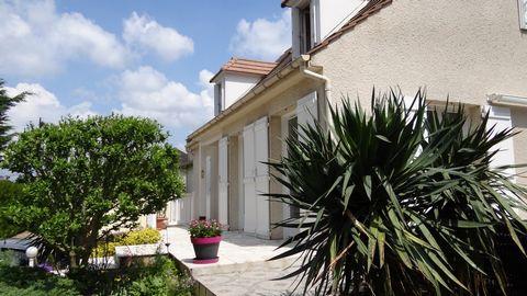 Située en retrait, dans un quartier agréable proche des écoles et de la Gare/RERC, maison familiale édifiée sur 400m2 de terrain environ, élevée sur u