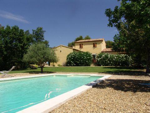 location vacances villa Luberon. Charmante maison située au nord d'Aix en Provence à Cucuron seulement 8 km de Lourmarin. La propriété est très confortable et offre 3 chambres chacune avec sa salle de bains, une immense terrasse solarium en teck, une...