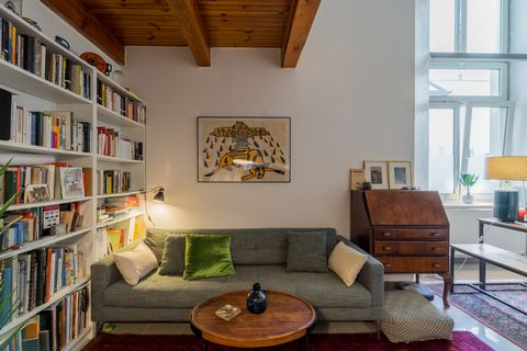 Features: Vibrant location on Kastanienallee Excellent public transport connections Split levels duplex High ceilings: 4,60m Wooden floor Well-kept period building Fitted kitchen Individual cellar This stunning 2-room duplex is located in a vibrant a...