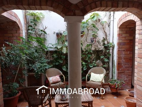Beautifull townhouse located in the old part of Oliva. Entrance into the reception area/living room with double doors to the courtyard, here you will find a very good size kitchen/dinner area, a brand new shower room and stairs leading to 3 double be...