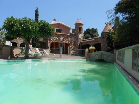 Très belle Villa située à 2 pas du Golf de Sogno d'une superficie de 450 m2 environs sur un terrain de 2 050 m2 Composée : Belle entrée 3 Salons Sa