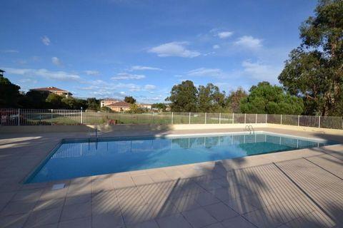 Dans une résidence de bon standing avec piscine et régisseur dans un immeuble de 2 étages, bel appartement de 2 pièces de 50 m² avec jardin privatif a