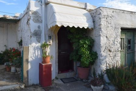 Pervolakia Old house of 30m2 which has been renovated. The property consists of an open plan living area with kitchen, a bathroom, two double beds, A/C, an internal staircase and cesspit.