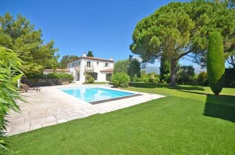 Mougins/Castellaras : Superb 5 bedroom villa with stunning open views onto the mountains. On the ground floor : entrance leading to a luminous and open sitting-room, dining area leading onto a fully equipped kitchen. One guests bedroom with ensuite b...