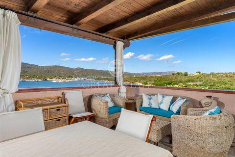 A pochi passi da Porto Rotondo, nel Residence Punta Asfodeli, proponiamo in vendita uno splendido attico al secondo piano proprio sulla spiaggia e con spettacolare vista sul mare e sul tramonto. Internamente, l'appartamento è composto da: soggiorno c...