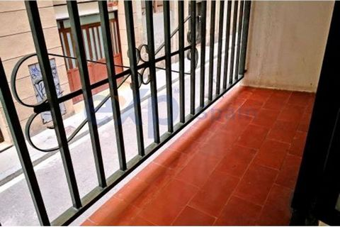 EXP offers you behind the Parallel and a few steps from the metro station L3 of Poble Sec, this property of about 68 m2 useful that needs a comprehensive reform. It is used as a habitual residence but is listed as a local: IT DOES NOT HAVE A CÉDULA. ...