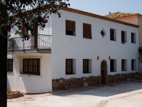 It is a very special house located in a small and quiet town on the Costa Blanca, only 3km from the beach and the urban center of Dénia. It is a very good option for tourist rental (up to 32 people can be accommodated). The house is distributed on tw...