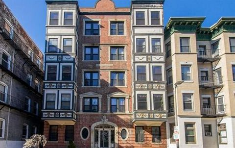 Set above the roofline of the surrounding buildings, sunlight pours into this corner unit penthouse through 7 windows. The floor plan makes great use of space, offering a thoughtfully designed stainless/granite kitchen open to the living area, a quee...