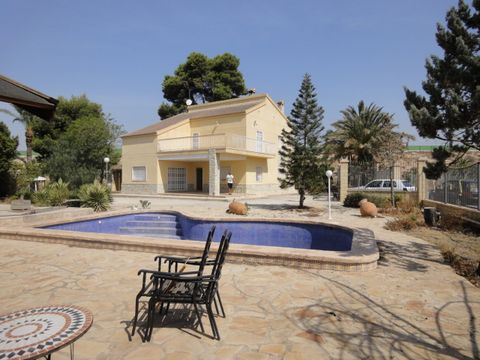A superb villa on 2 floors close to the town of Elche and only 10kms from the beaches. This large property has 4 bedrooms and 2 bathrooms, a lounge diner with a feature fireplace and a kitchen with wooden base and wall units. Upstairs is a large terr...