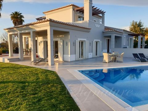 3 Bedroom Detached Villa, located at a Golf Resort in Carvoeiro , with views to the countryside. The Villa is composed of 3 bedrooms, 3 bathrooms, lounge and dinning area, fully fitted kitchen, garage, private garden and private swimming pool. Recent...