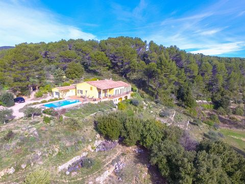 Spacious and single level villa with a separate guest house and a fabulous infinity pool set on an elevated plot of over 1 hectare at a couple of kilometres from the Provencal village of Flayosc. The main house and the terraces offer panoramic views ...