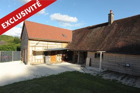 Less than 2 hours from Paris by the A5, in the heart of the hilly and wooded Pays d'Othe, discover a peaceful residence in a small village typical of the Aube. This recently refurbished farmhouse (insulation, double glazing, solar shutters, latest ge...