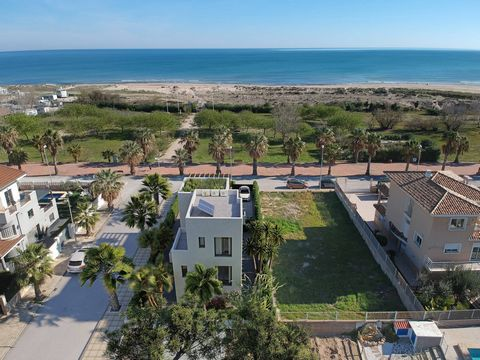 The Rabdells project is located on the beachfront of Rabdells in Oliva. Every aspect of this Mediterranean villa is of top quality: design, building materials, finishes and lighting. Its location allows you to enjoy unbeatable views of the sea with t...