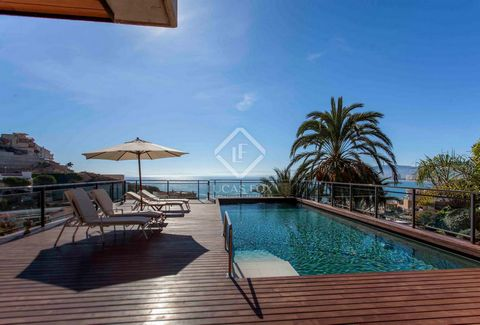 Here we find a fantastic modern style villa in excellent condition, situated on a 900 m² plot in a privileged location on Cap Blanc beach in Cullera, 50 km from Valencia. The property offers unobstructed views of the beach and stands out for the qual...