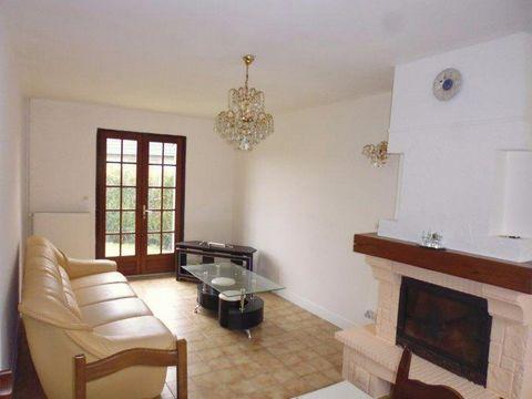 Maison familiale traditionnelle avec beau volume, sur sous-sol total, comprenant au rdc entrée, séjour salon avec cheminée insert, chambre, cuisine am