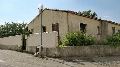 Villa située au fond d'un lotissement très calme mais proche du centre de Carpentras. On entre dans le séjour, on a une cuisine indépendante, un coulo