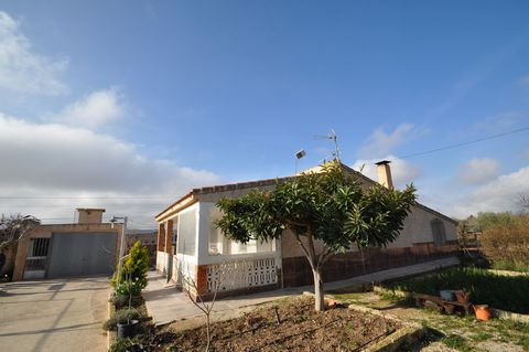 Large country house in Caudete, at just 1 km from the centre, with a plot of 9950 sq meters, planted with 150 almonds and 170 olive trees. Very easy access and quiet location.The house is composed of 4 bedrooms, a large living rooms with the kitchen ...