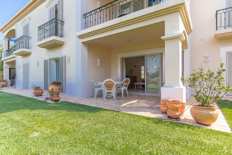 Located in Lagoa. Covered area 84,70 m2 Landscaped Garden Communal Swimming Pool Fully Fitted Renovated Kitchen 1 Bathroom Ground floor This golf apartment is on the ground floor of a two-story building with free view of the green lawn in front of th...