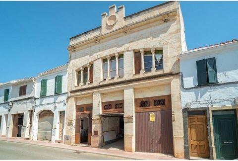 Edificio histórico de más de 650m² construidos que data del 1896 en una calle tranquila de Alaior. Es el proyecto ideal para inversión como una boutique hotel. La fachada modernista protegida del 1932 ha dado cobijo a un pasado social muy interesante...