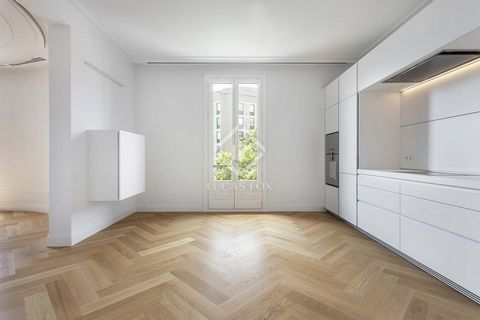 This fantastic apartment with two double bedrooms is located in the Eixample Right, in an elegant building designed by Enric Sagnier, a well-known modernist architect. This prestigious modernist building offers exclusive benefits to its residents, su...