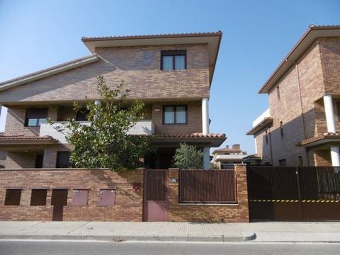 Cambrils, sale.. Fantastic Villa built on 4 floors, controlled by an advanced home automation system and communicated by an internal elevator. 44.50m2 garage, 30.20m2 cellar, 5.10m2 lobby and storage room..  On the ground floor is the porch, lobby, ...